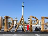 BUDAPEST felirat a Hősök terén